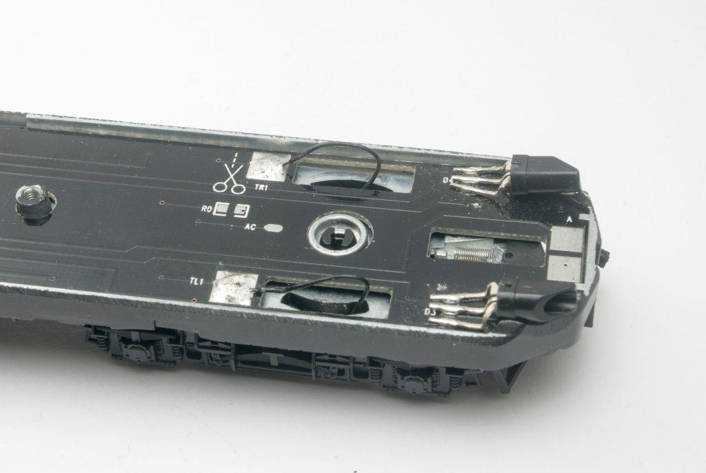 Verbesserte Stromversorgung: Das Drehgestell ist eingesetzt, die Bonzefedern sind ausgelötet und statt diesen Federn sind die Kabel angelötet.