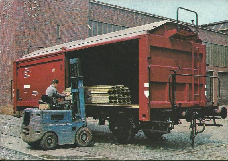 Verladung durch Gabelstapler in modernen Kmmks, Bundesbahn-Werbeamt, Foto: Reinhold Palm, Druck: BD Karlsruhe