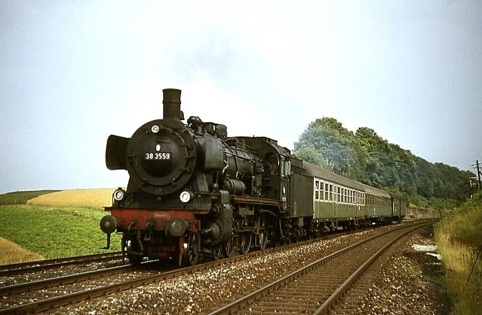 E4686 (Böblingen - Freudenstadt) mit 38 3559 am 7.8.1968 in Eutigen