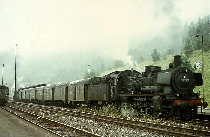 E753 (Reutlingen  – Offenburg) mit 38 2366 und 50 584 am 5.8.1968 im Bahnhof Horb