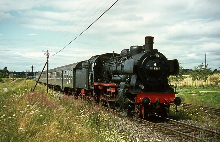 E4683 (Freudenstadt - Stuttgart) mit 38 2967 am 1.8.1966 zwischen Hochdorf und Eutingen