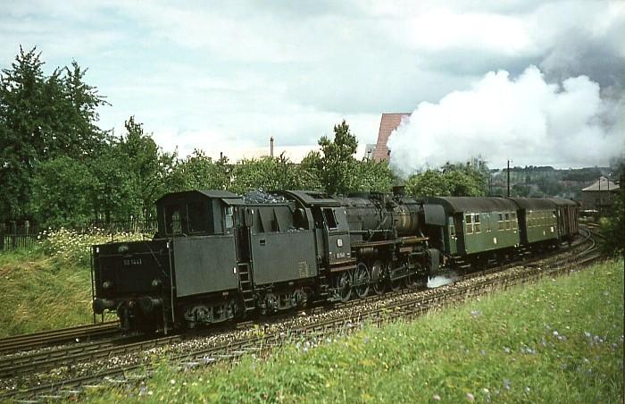 """50 1441 mit einem """"LrmG"""" am 31.7.1966 in Crailsheim"""