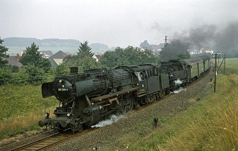 4478 (Bayreuth – Weiden) mit 051 356 und 064 367 am 7.8.1970 bei Seybothenreuth