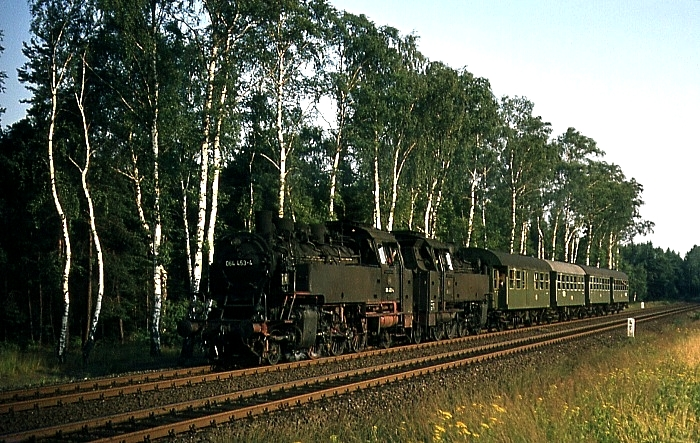 3821 (Weiden – Vohenstrauß) mit 064 453 und einer weiteren, unbek. 64er am 1.8.1969 bei Weiden