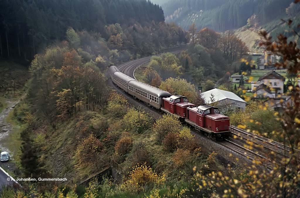 211 272 und 211 270 1977 zwischen Dieringhausen und Gummersbach