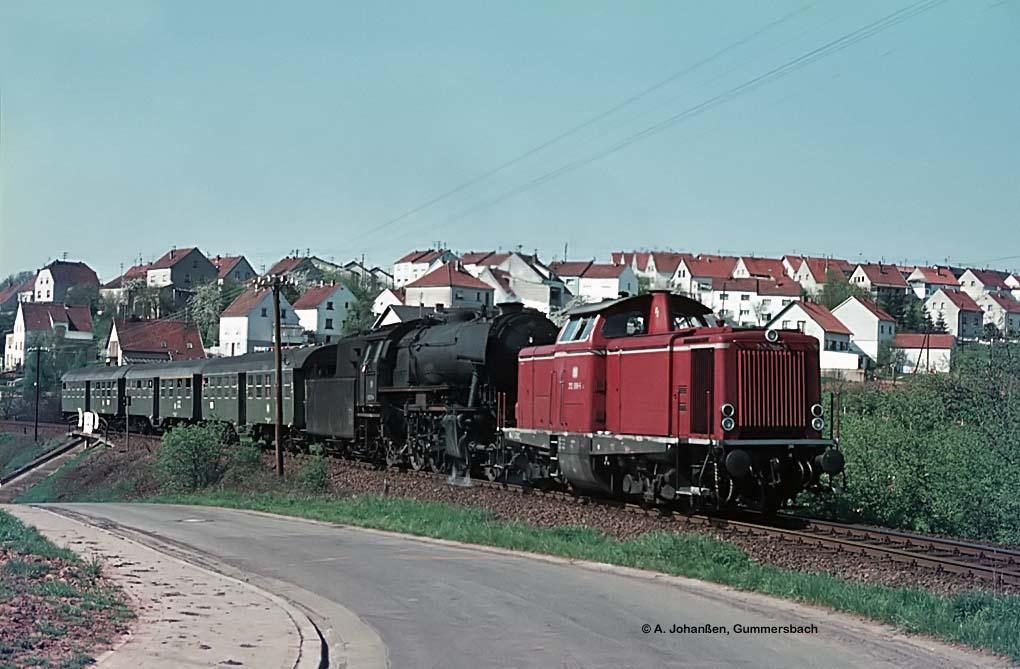 N4173 mit 212 066 und 023 071 am 30.4.1975 am Haltepunkt Landsweiler