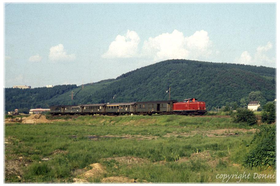 Unbekannter Zug mit ebenfalls unbekannter V100 im Frühjahr 1970 auf der Siegstrecke