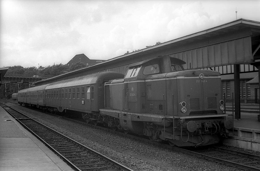 V100 2043 mit N4267 1982 in Flensburg