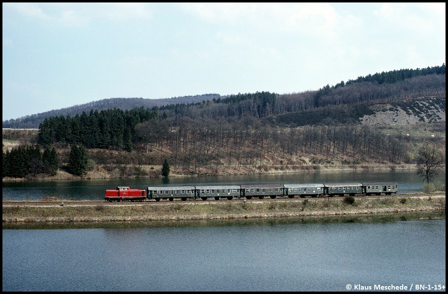 Unbekannte V 100 auf dem Damm im Biggestausee bei Olpe, April 1976