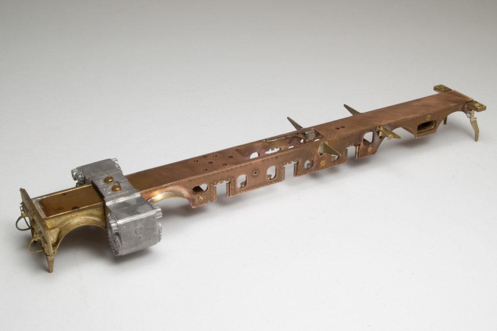 Rahmen des 78er Bausatzes mit vorderer Pufferbohle, Schienenräumern, Zylinderblöchen und einigen weiteren Kleinteilen.