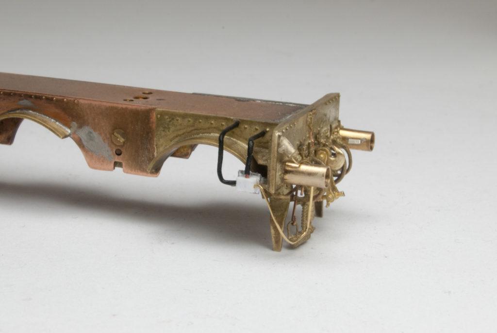 Rechte Seite der unlackierten Pufferbohle mit Blick auf die Zuleitungen für den Stecker der Wendezugsteuerung