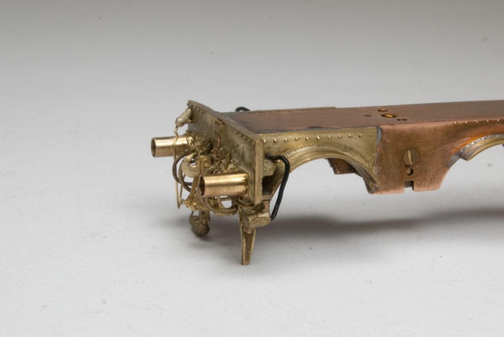 Linke Seite der unlackierten Pufferbohle mit Blick auf Steckdose für die Wendezugsteuerung nebst die Zuleitung
