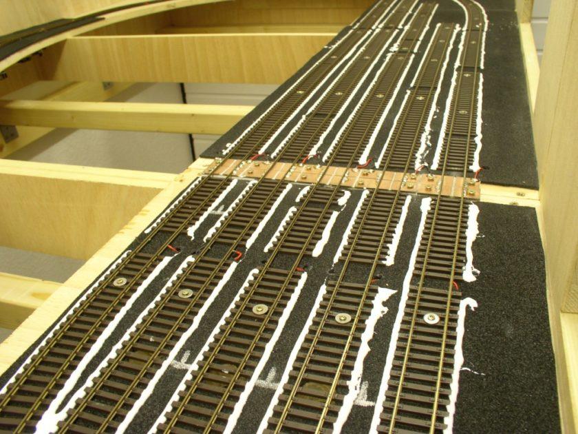 Fixierung der auf Zellkautschuk liegenden Gleis mit Ponal